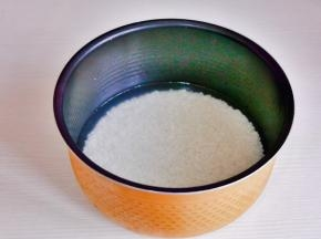 大米淘干净倒入电饭煲中,加入平时烧饭的水量。