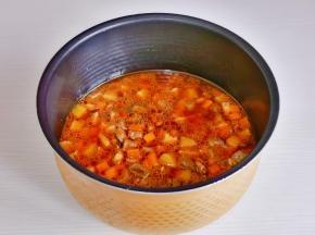 将牛肉蔬菜大米拌均匀,启动焖饭功能即可。