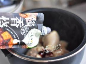 倒入黄肖氏酱香烧汁。