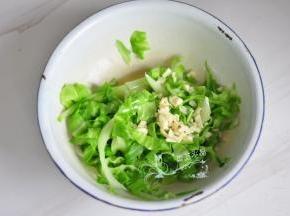 加入盐、鸡精拌匀,上面放上蒜粒,热油浇一下拌匀。