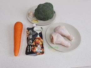 食材: 鸡腿2个(约350克)、香辣烧汁35克、大蒜、食用油、西兰花、胡萝卜适量。