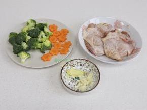 食材的准备:鸡腿清洗干净,去皮骨头,鸡皮不要切断哦。然后放少许黄肖氏香辣酱汁,用手揉搓腌制。胡萝卜去皮,切成花形状,西兰花切小朵,清洗干净。生姜、大蒜也切好备用。
