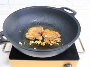 煎至微黄,翻转另外一面继续煎至微黄,注意观察,煎久了,鸡肉就变柴,一定要恰到好处。