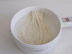 电煮锅倒入适量的水,盖上盖子,煮沸之后,开盖放挂面入锅,并且用筷子把面条全部压入水里。