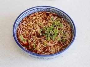加入350ml的沸水,再次搅拌均匀,最后放盐焗黄豆粒、香葱。一碗热乎乎的重庆小面就做好了,味道弄好,太好吃了。