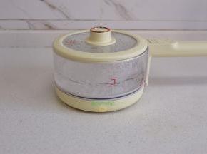 煮锅倒入适量的水,盖上盖子,煮沸。如果家里没有电煮锅,也可以不同的煤气灶或电磁炉。