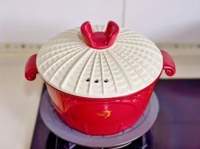 盖上盖子烧开转小火25分钟。(当中多次翻动,保证每个鸭舌都吸收到酱汁)
