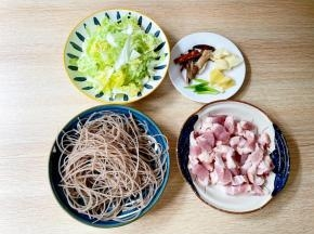 五花肉切小块,粉条剪成段,白菜切成小块,姜切片,蒜切片,葱切寸段