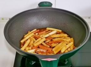 翻炒均匀后加一碗水,焖至入味。