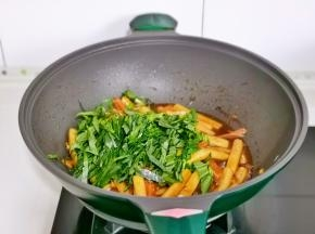 最后加入切好的青菜丝,按个人口味加入盐,快速翻炒均匀关火。